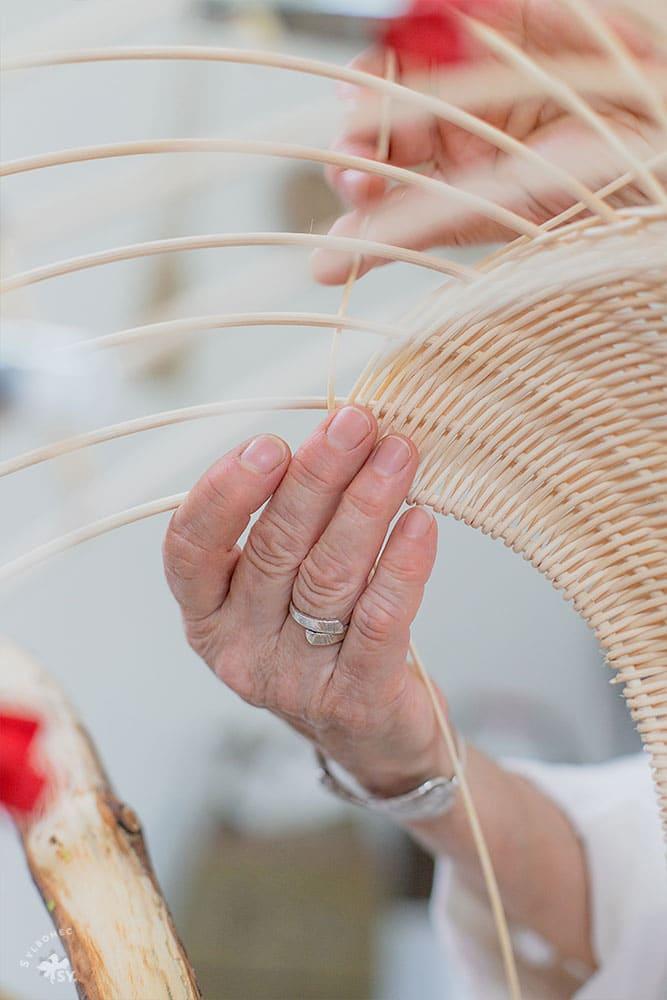 Geste de vannier à l'atelier de Pascale Germain - Saulée Vannerie