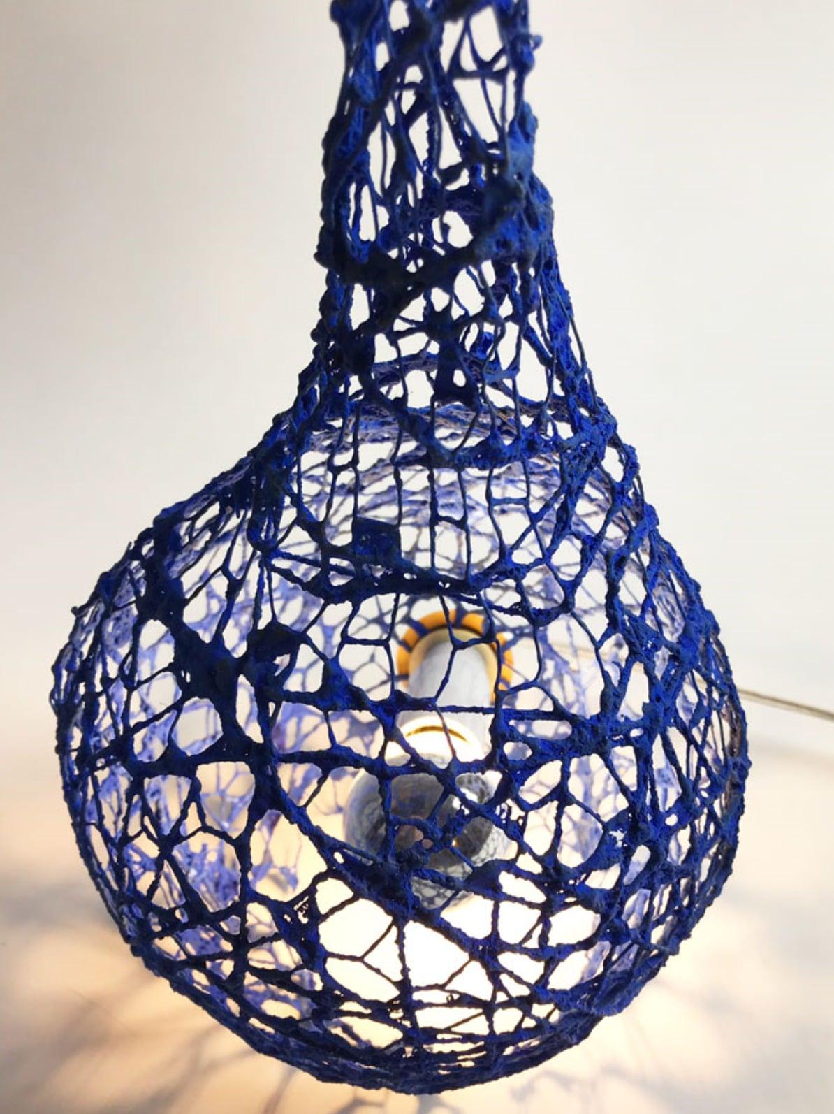 Détail d'une robe en soie sauvage et céramique de Sandrine Ramona