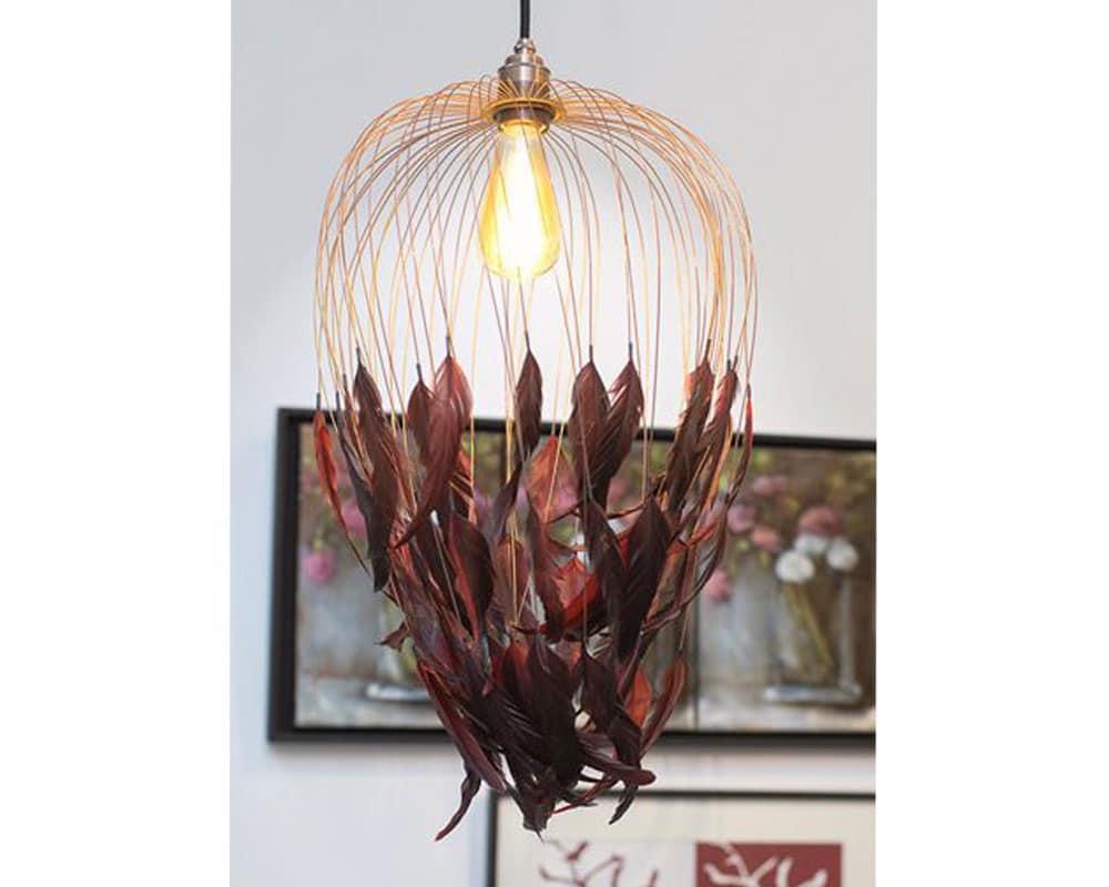 Phoenix - Luminaire métallique habillé de plumes de queue de coq. Création de la plumassière Béatrice Bost Le Moel