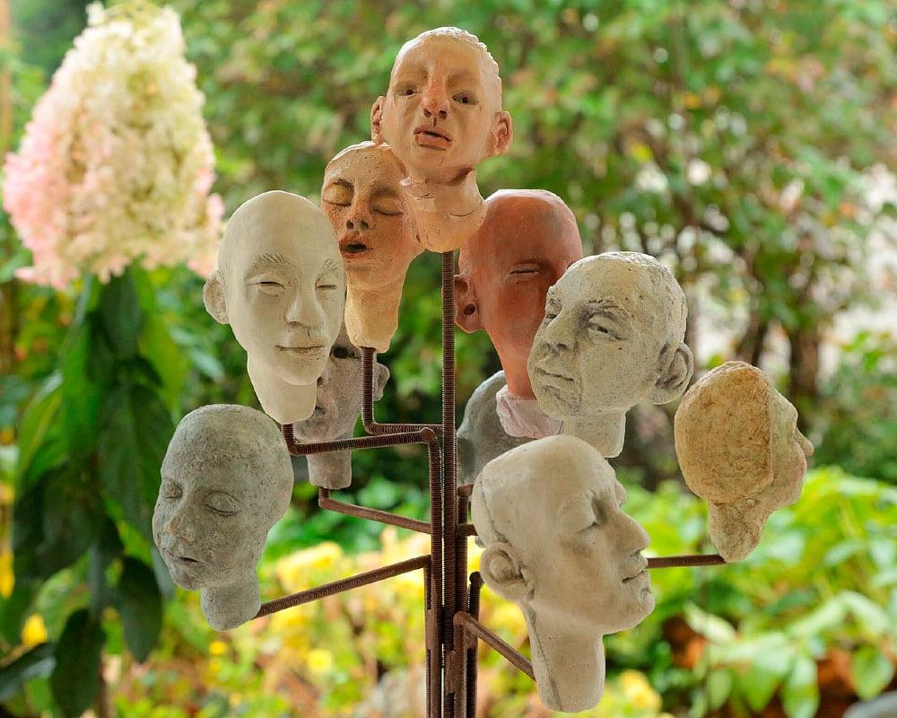 Anmarie Leon Sculptrice d'expressions humaines dans son atelier en Essonne