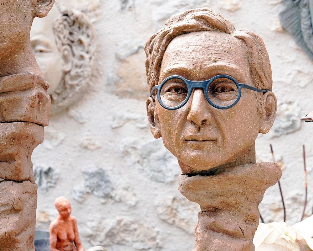 Visage d'homme aux lunettes bleues de la sculpteure Anmarie Léon
