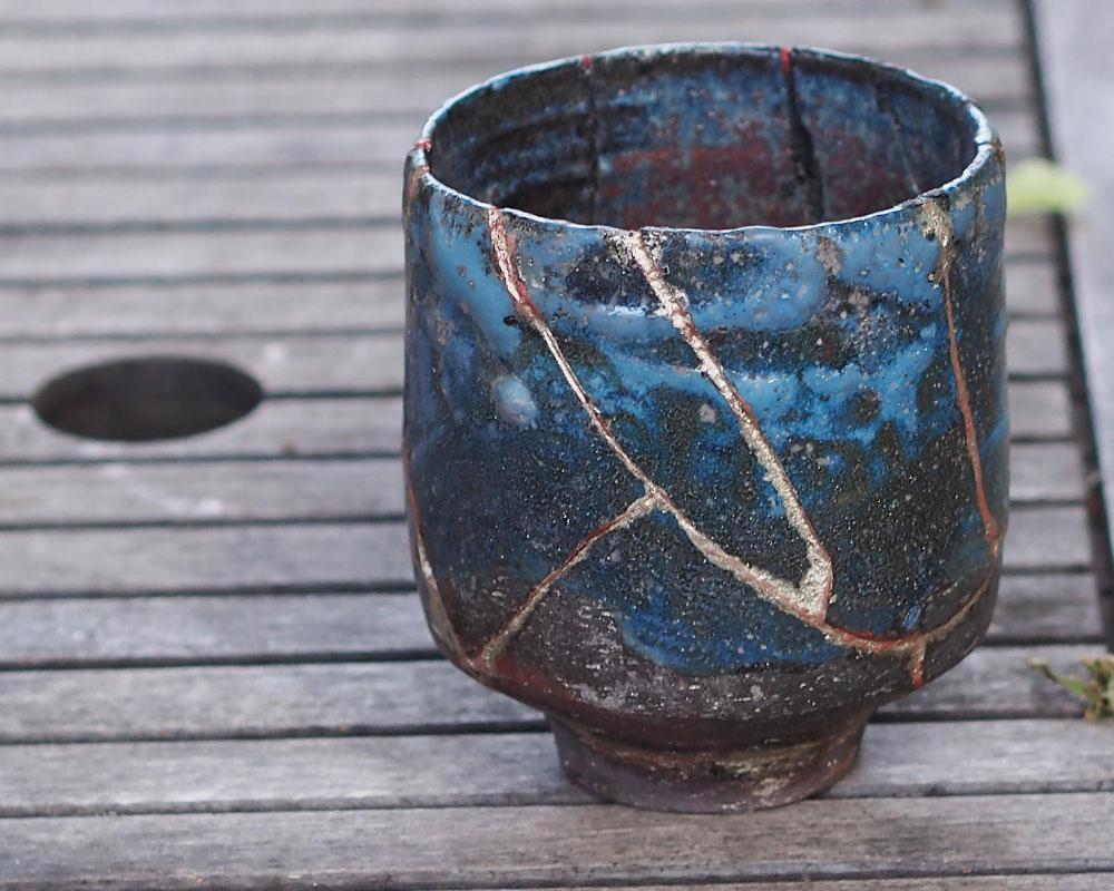 """Pot à thé bleu """"Chawan"""" en grès de l'Atelier du Curieux style Kintsugi"""