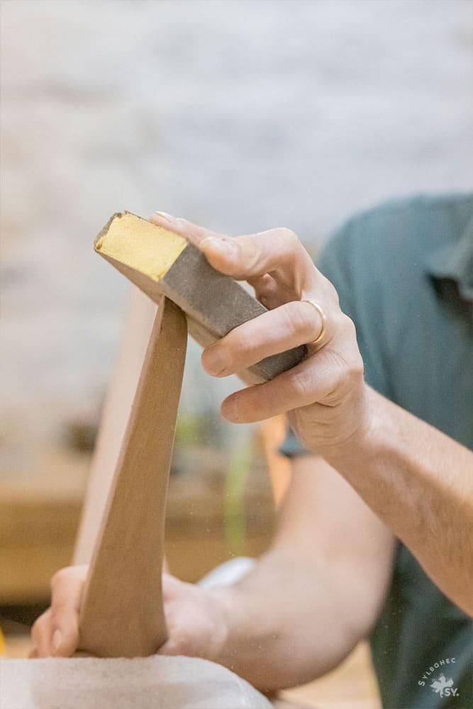 Geste de ponçage du bois du luminaire de Christophe Dabi