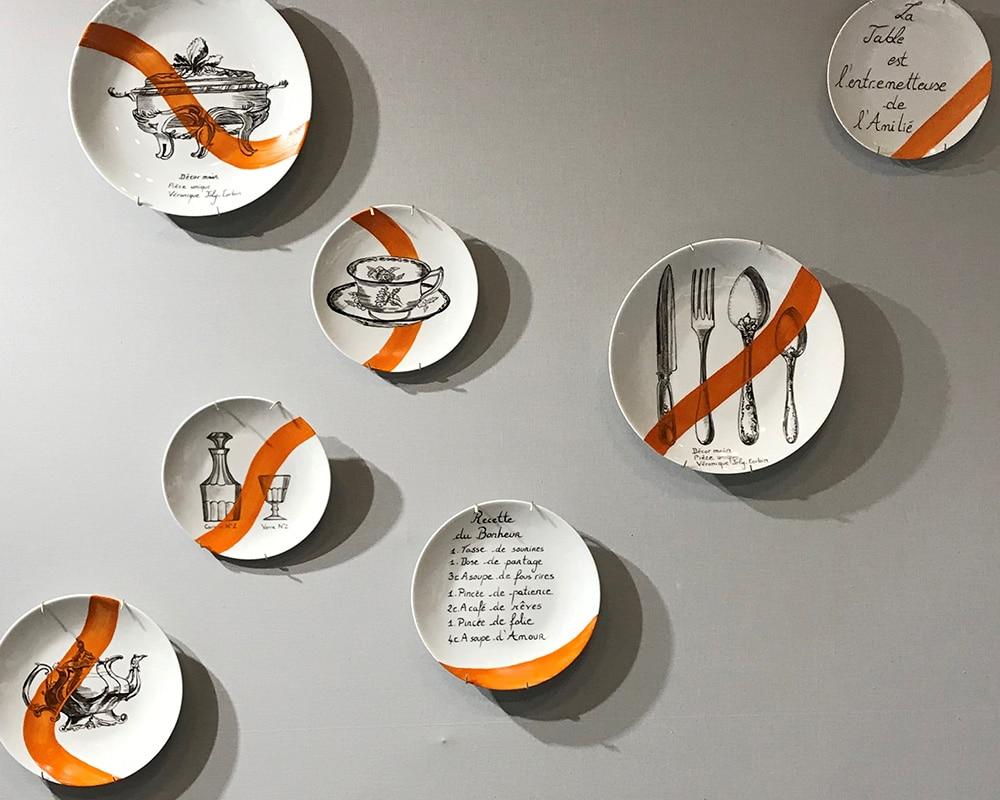 """Composition murale de 7 assiettes """"Histoire au mur - Table"""""""