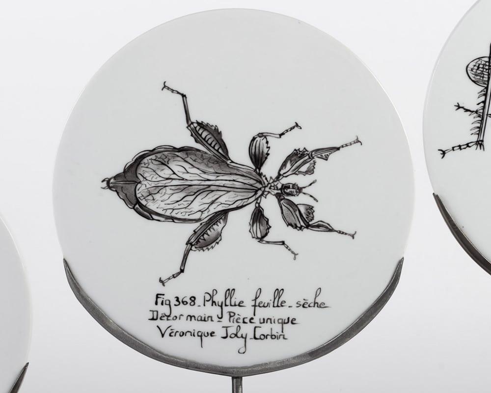 Dessin de Phyllie feuille-sèche Fig. 368 sur assiette de porcelaine - Décor à la main et à la plume - Pièce unique de Véronique Joly-Corbin