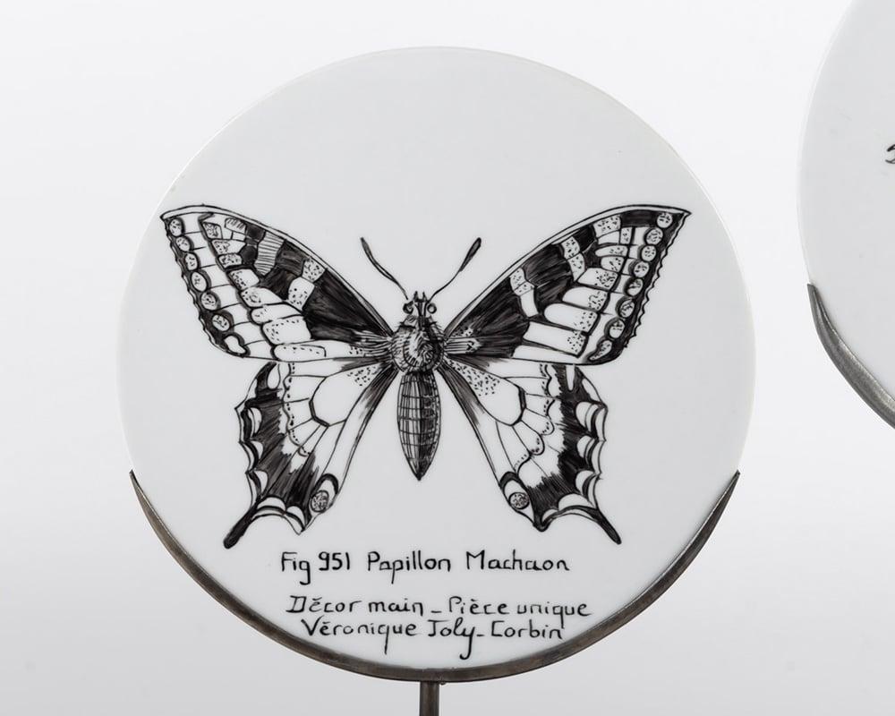 Dessin de Papillon Machaon Fig. 951 sur assiette de porcelaine - Décor à la main et à la plume - Pièce unique de Véronique Joly-Corbin