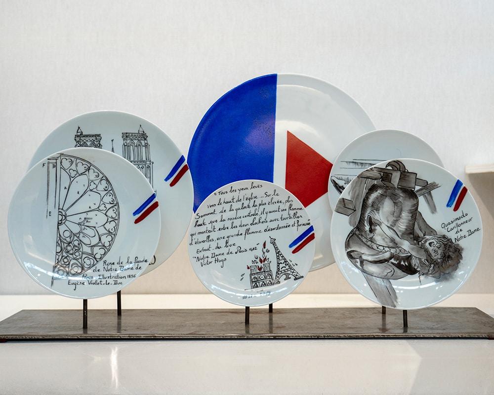 """Composition murale de 6 assiettes """"Histoire sur socle - Notre Dame de Paris"""" - Couleurs de La France"""