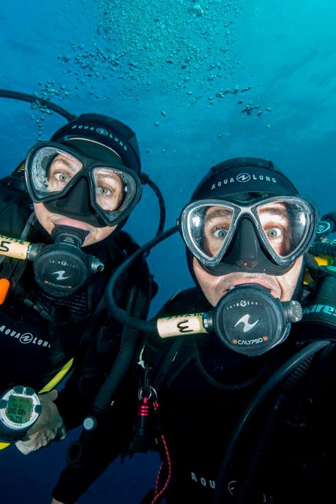 Portrait de Fabrice Guérin et son épouse Géraldine en tenues de plongée