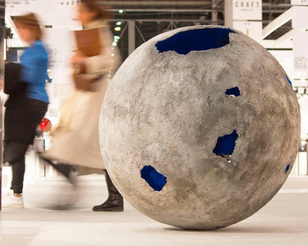 Planète Bleue - Imposante planète en ciment de Natalie Sanzache