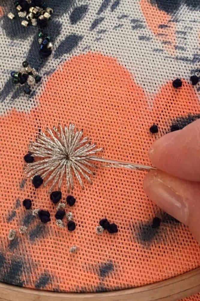 Broderie sur lin de Julia Gruber - Ennoblisseuse Textile et Brodeuse d'art - Paris