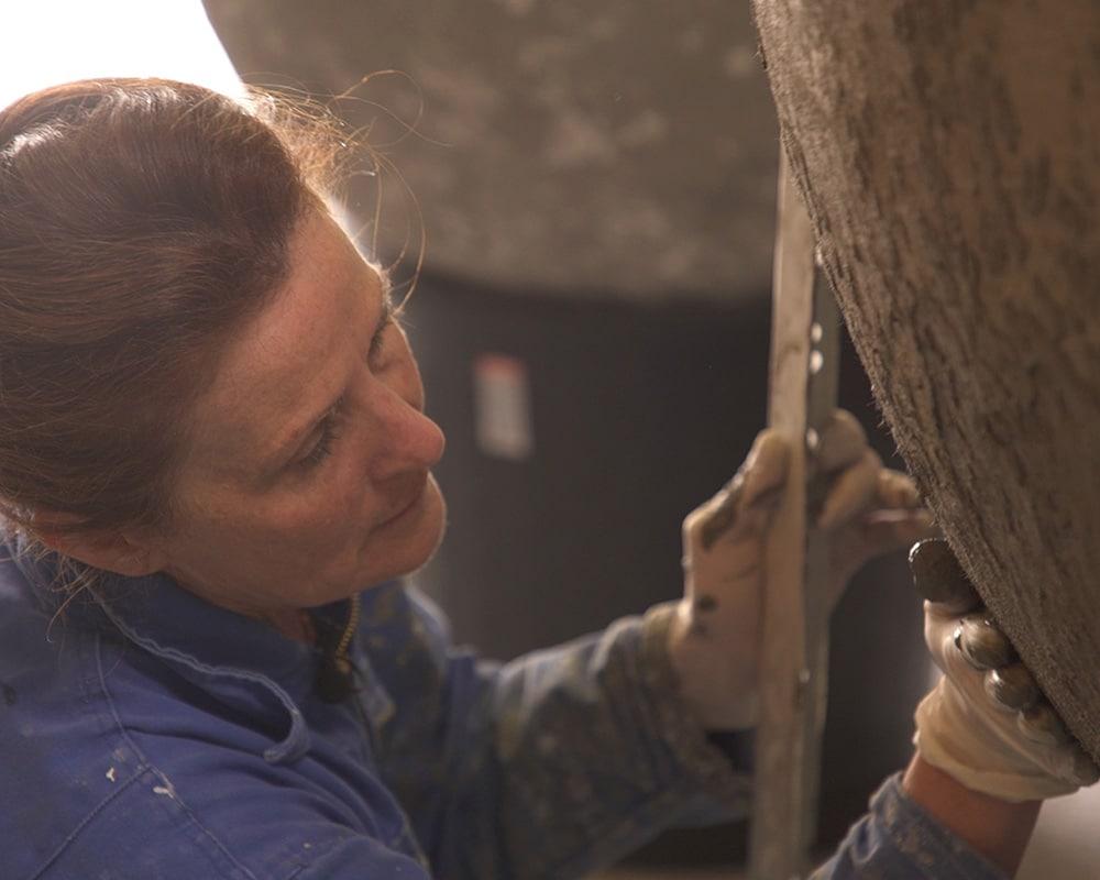 Geste de la sculptrice de béton Natalie Sanzache dans son atelier