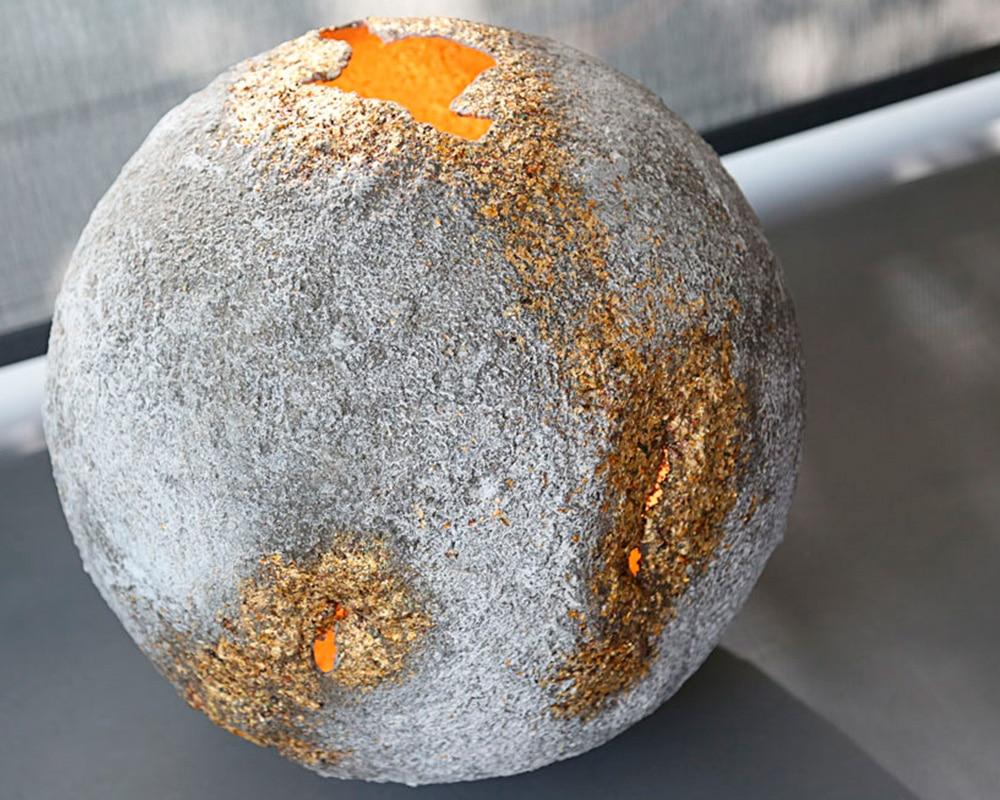 Météorite - Planète en ciment de Natalie Sanzache