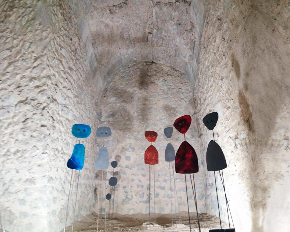 """Installation de 7 scupltures """"Miroir d'Âme"""" en plaques de cuivre émaillées"""