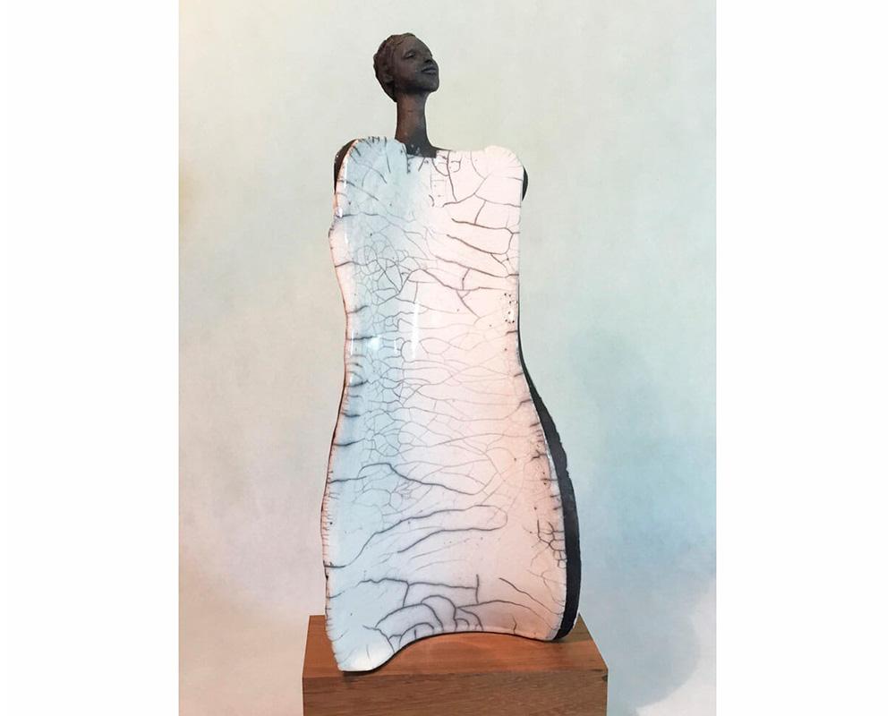"""Sculpture féminine """"FANTA"""" en Raku de Marion Gayraud"""