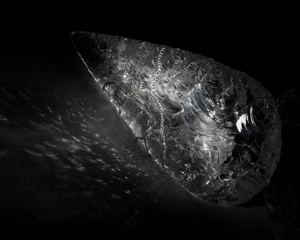 """Sculpture """"Fashion biface 2"""" en cristal, cristaux swarovski, feuilles d'or, paillettes de Marion Fillancq"""