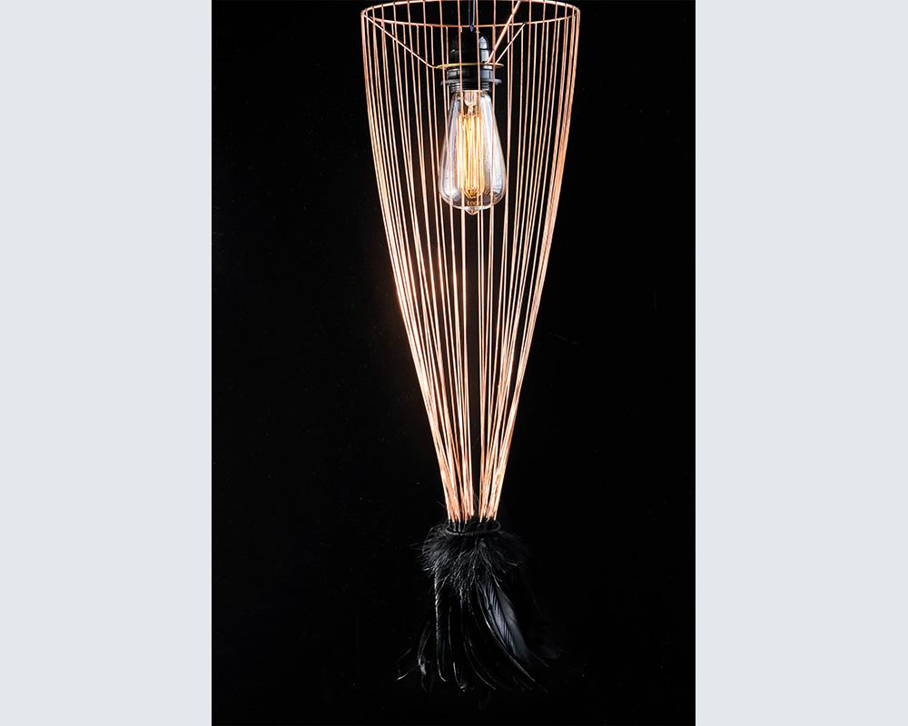 """Suspension """"Cage of Light"""" en plumes noires - Oeuvre de la plumassière Plumavera"""